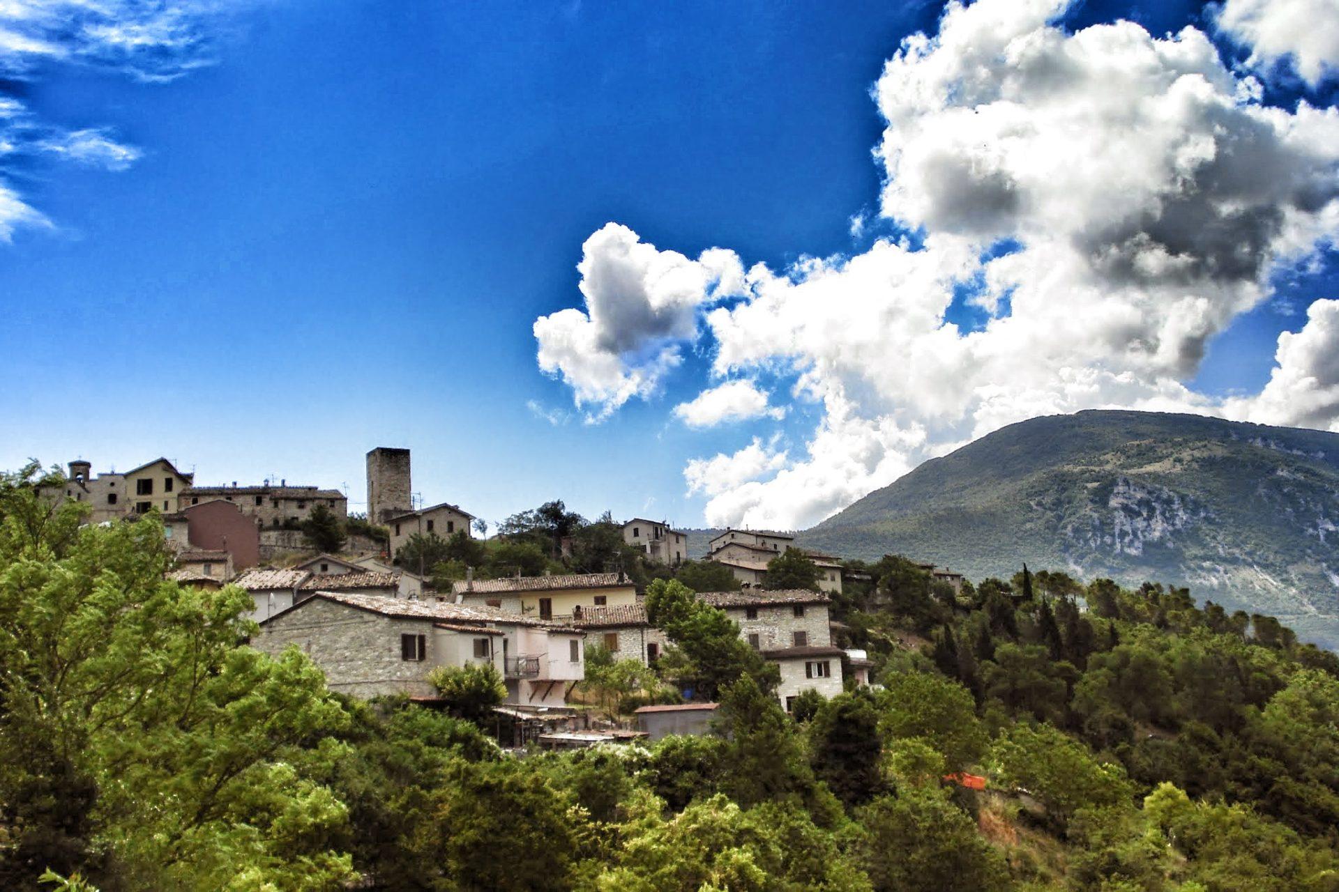 Pierosara, il borgo medioevale sospeso tra leggenda e magia del paesaggio